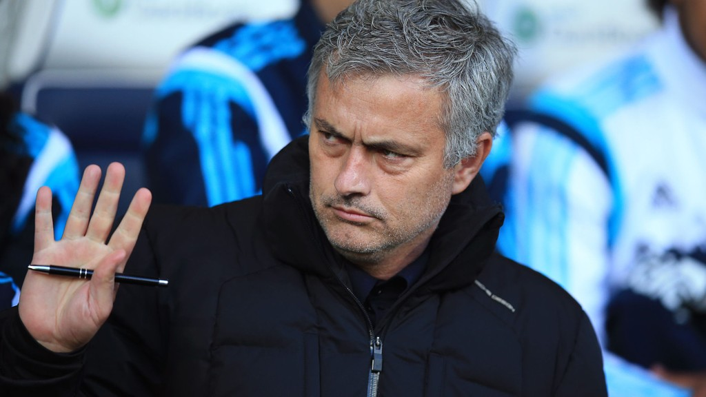 Chelsea-manager José Mourinho freste mot dommer Mike Jones etter at Cesc Fàbregas ble utvist i 0-3-tapet for West Bromwich i Premier League mandag.
