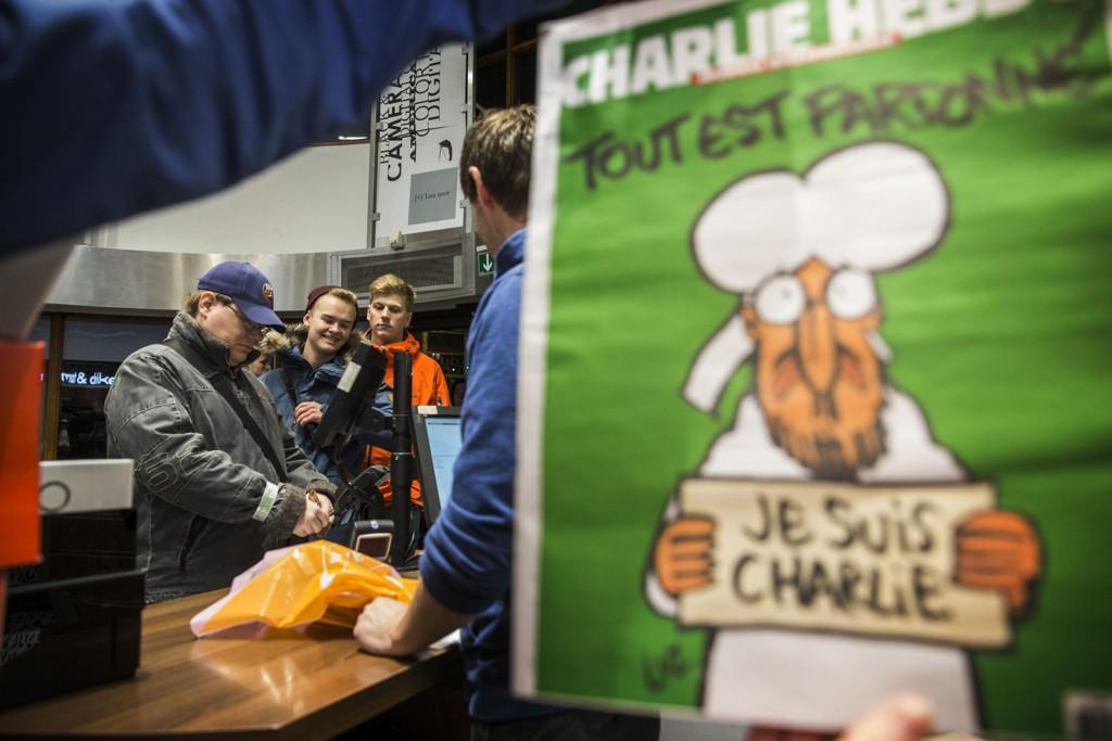 Luz tegnet den første Charlie Hebdo-forsiden etter terrorangrepet i januar. Her er bladet i salg i Narvesen-kiosken ved Hotel Continental i Oslo. Foto: Berit Roald / NTB scanpix
