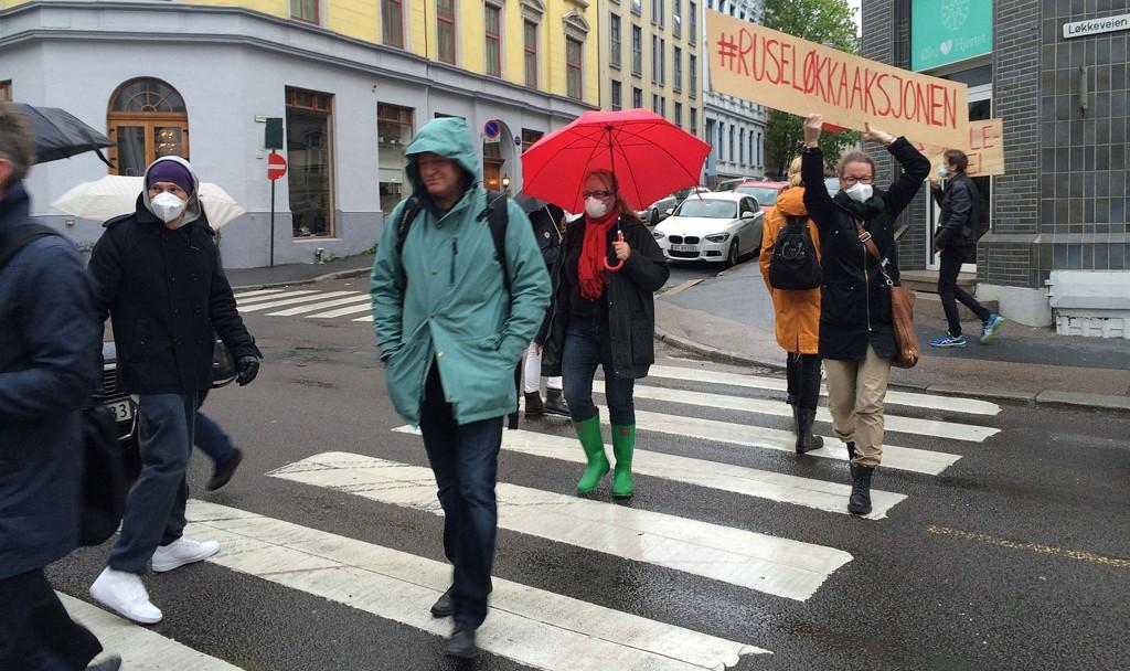 Beboere stilte med masker for å markere sterk luftforurensing i området rundt Ruseløkka. Aksjonen har fått kommentarfeltet til å koke.