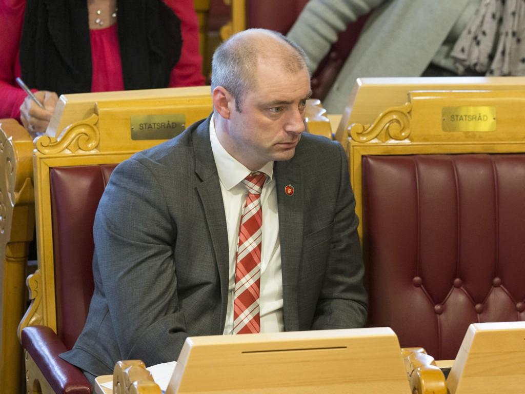 Arbeidsminister Robert Eriksson (Frp) bes om å opprettholdele kjøpekraften.