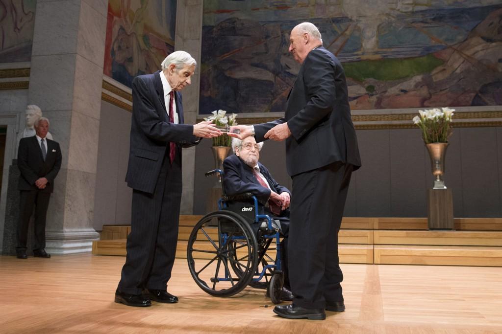 Kong Harald overrekker Abelprisen 2015 til matematikerne John F. Nash jr. (t.v.) og Louis Nirenberg under en seremoni i Universitetets Aula i Oslo tirsdag ettermiddag.
