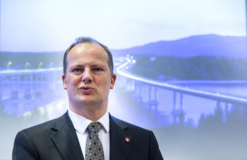 Samferdselsminister Ketil Solvik-Olsen og samferdselsdepartementet oppretter mandag et interimselskap med oppgave å forberede og tilrettelegge for at et utbyggingsselskap for vei.