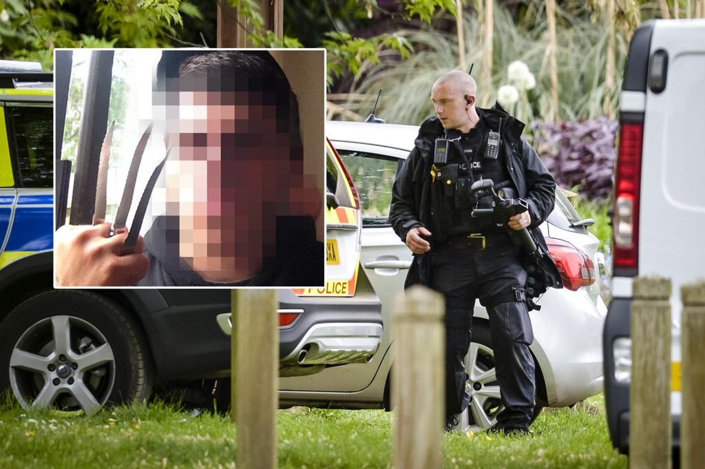 En 21 år gammel mistenkt mann jaktes i England etter at en familie på tra ble funnet knivdrept i sitt eget hjem i Oxfordshire.