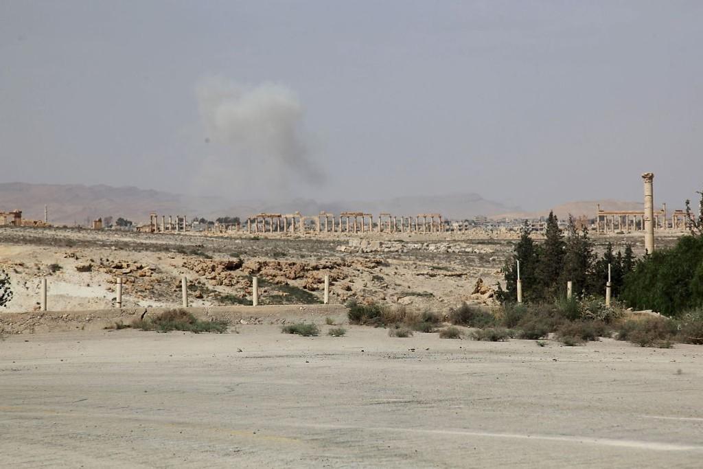 Røyk stiger opp fra oldtidsbyen Palmyra i Syria etter at IS-opprørere inntok byen onsdag. Søndag melder statlig syrisk TV at 400 sivile er drept av IS i byen. Foto: Omar Sanadiki (Reuters)