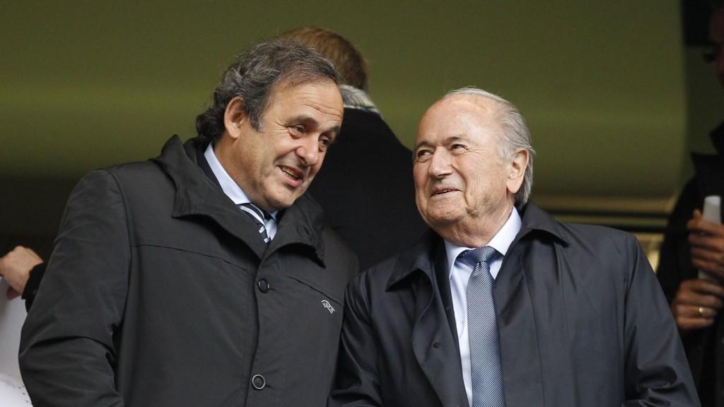 MÅ GÅ: Michel Platini mener Sepp Blatter må gi seg som FIFA-president.