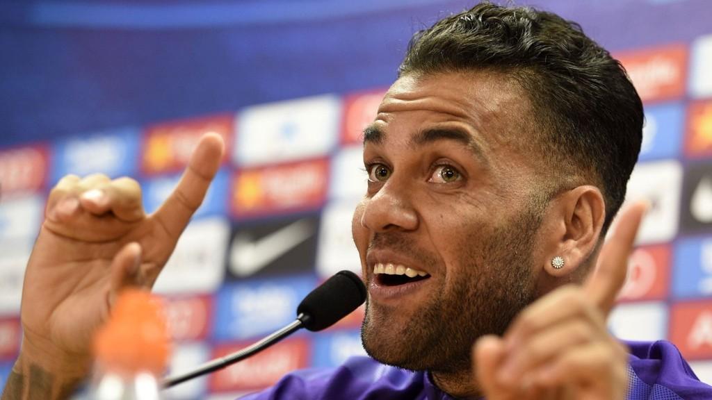 IKKE FORNØYD: Dani Alves forteller at han kan komme til å forlate Barcelona i sommer.