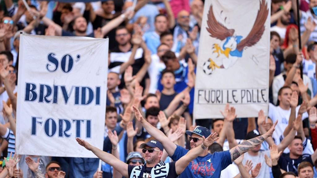 HATSK STEMNING: To Roma-fans ble sendt til sykehus etter å ha blitt knivstukket i forkant av klubbens oppgjør mot Lazio mandag. Her er Lazio-fansen i en tidligere kamp.