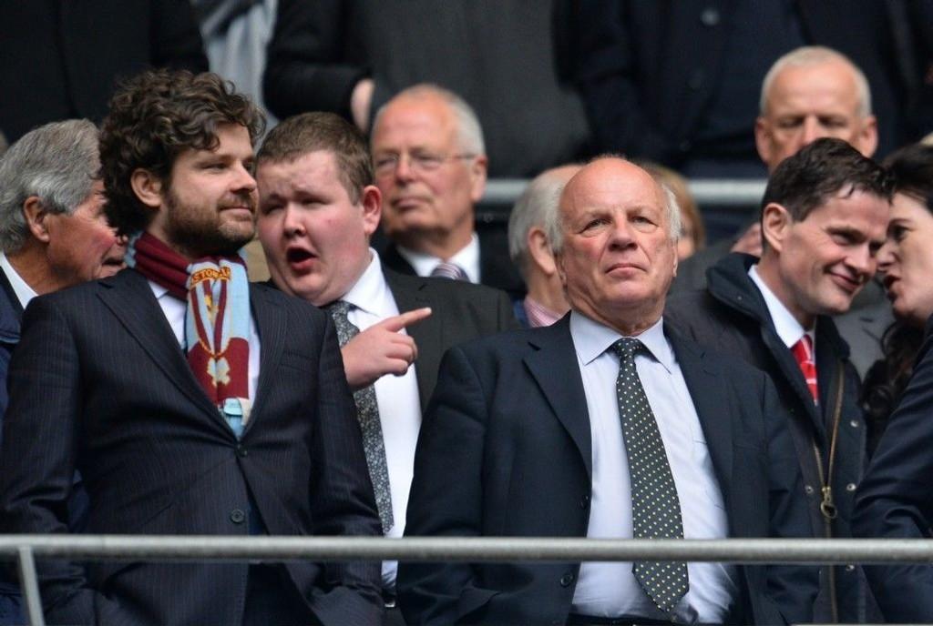 Sjefen for det engelske fotballforbundet (FSA), Greg Dyke (til høyre) krever Sepp Blatters avgang. Her på plass under semifinalen i FA-cupen mellom Aston Villa og Liverpool på Wembley 19. april 2015.