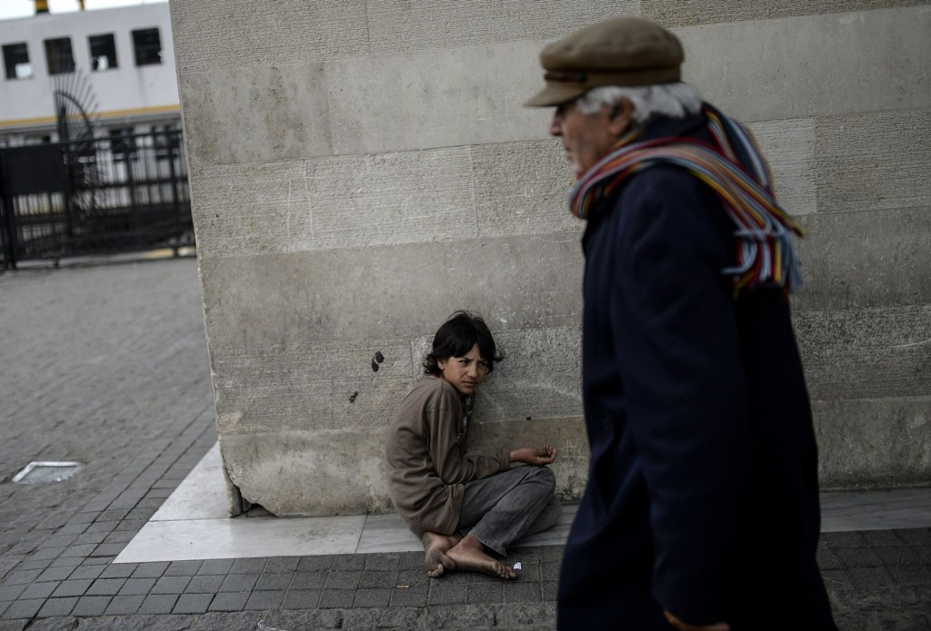 En syrisk flyktning sitter på gaten i Eminonu i Istanbul i Tyrkia i april 2015.