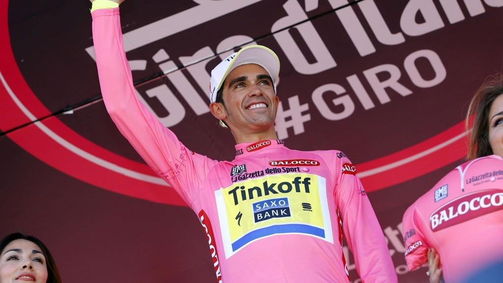 Alberto Contador leker med konkurrentene i årets Giro d'Italia.