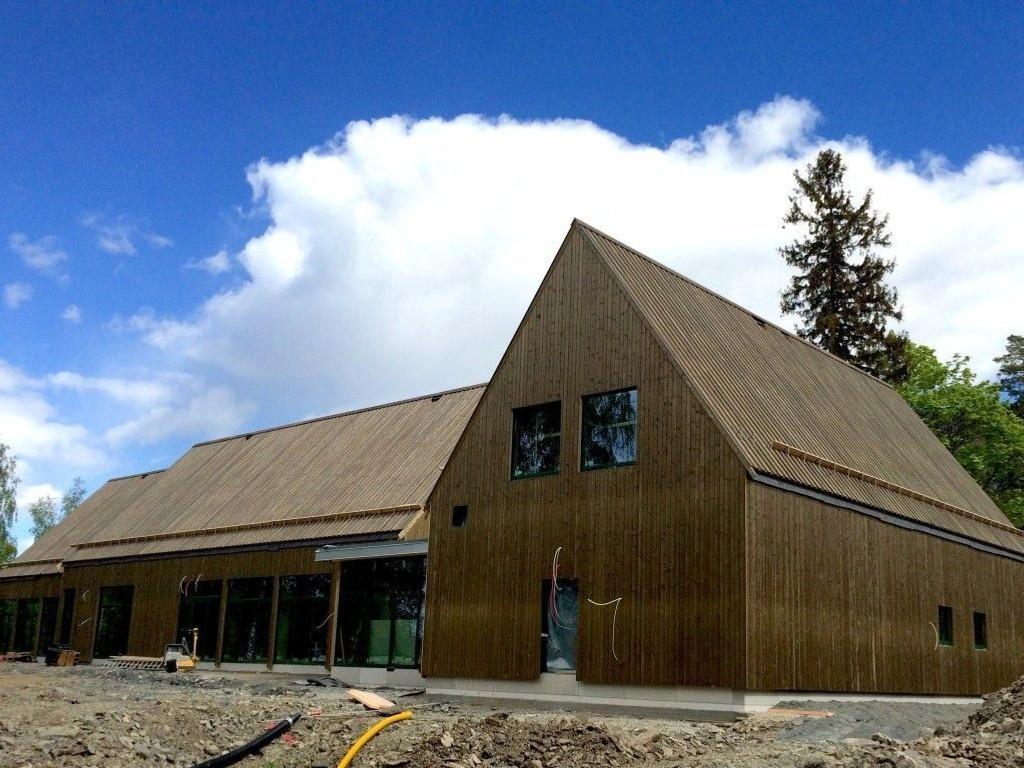 NYBYGG: De nye trebygningene på Utøya, som skal huse kjøkken, spisesal og møterom, er nesten ferdig utvendig.