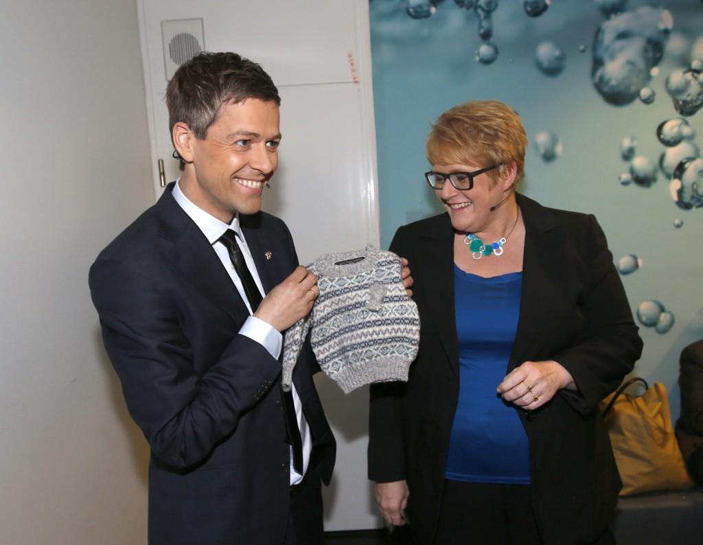 TROPPET OPP MED GAVE: Krf leder Knut Arild Hareide fikk en shetlandsgenser til sin nyfødte sønn av Venstres partileder Trine Skei Grande.