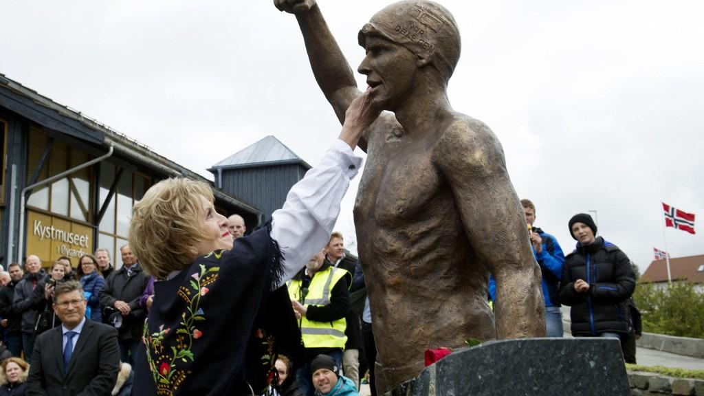 En rørt ordfører i Bergen, Trude Drevland avduker statue av svømmeren Alexander Dale Oen ved Kystmuseet i Øygarden torsdag kveld.