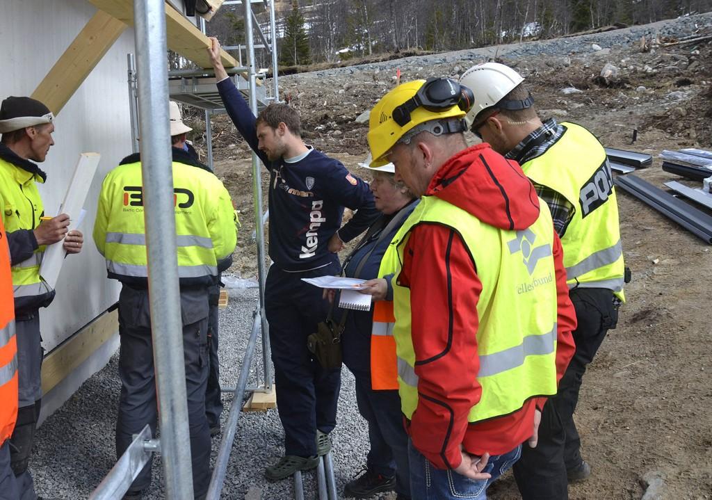 AKSJON: Sentrale myndigheter gjennomførte i går en razzia i Holtardalen i et forsøk på å finne ut hva som foregår på det norske arbeidsmarkedet. Personen i blått antrekk er Justinas Riauba.
