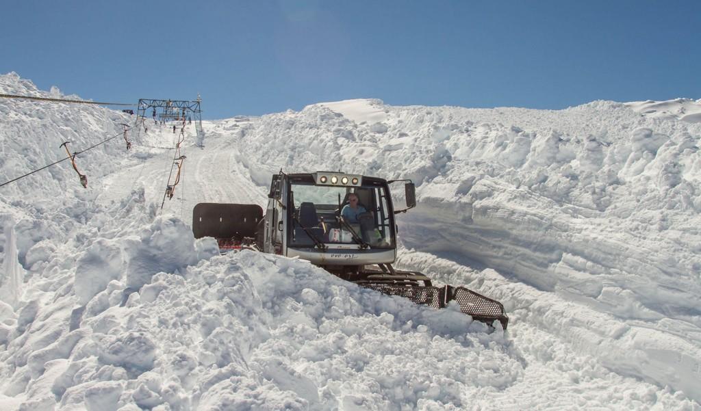 De ansatte har hatt en tøff jobb med å rydde snømasser og klargjøre skitrekket for gjenåpning.