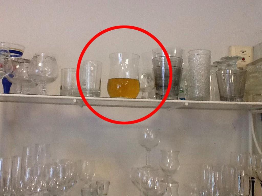 Svaret på hva mannen holdt på med bak hyllene fikk Sidsel Askerud da hun oppdaget glasset ...
