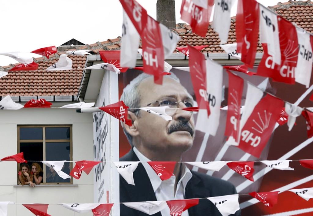 Lederen for Det republikanske folkepartiet (CHP), Kemal Kiliçdaroglu, pryder en plakat klistret på en vegg i Istanbul.