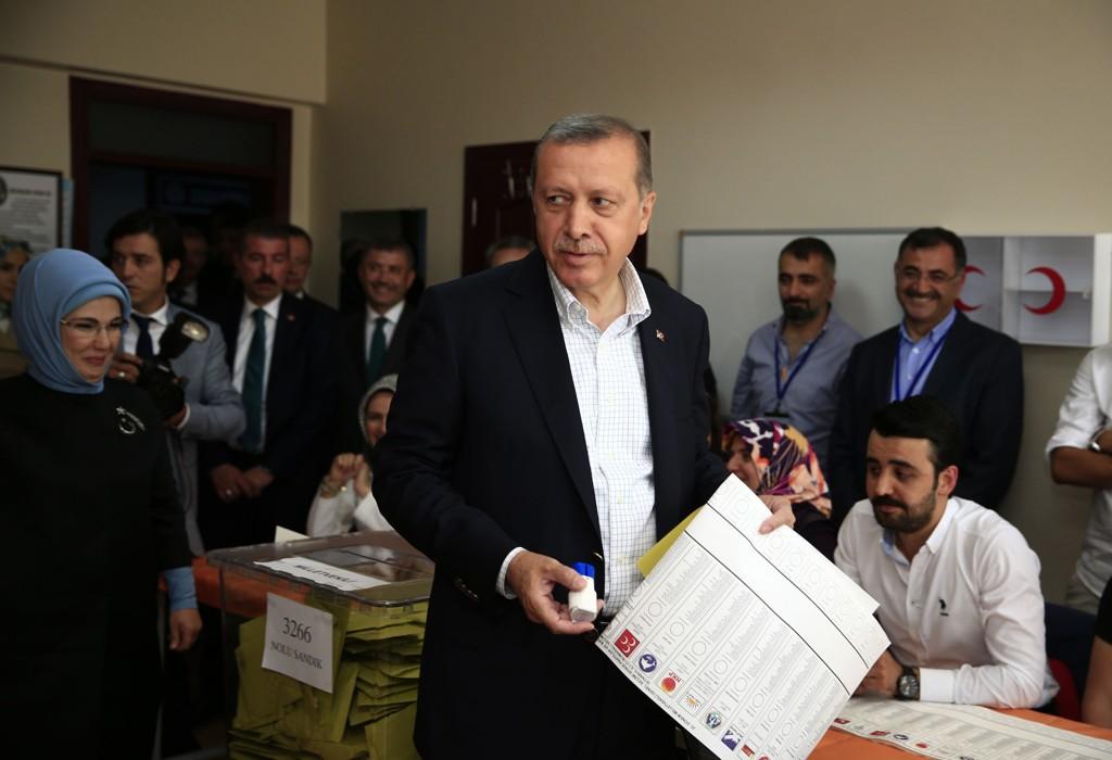 VALG: Her stemmer Tyrkias president, Recep Tayyip Erdogan. Til venstre i bildet ser vi hans hustru Emine.