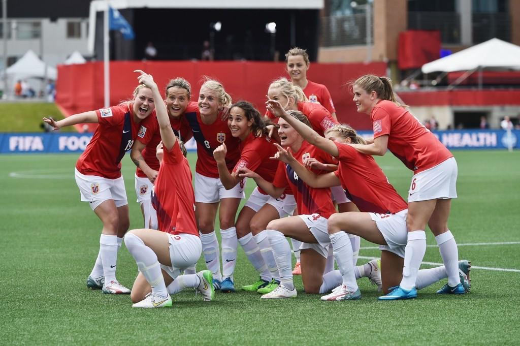 SELFIE-FEIRING: De norske fotballjentene valset over Thailand i VM-åpningen og unnet seg en velfortjent selfie-feiring etter det ene målet.