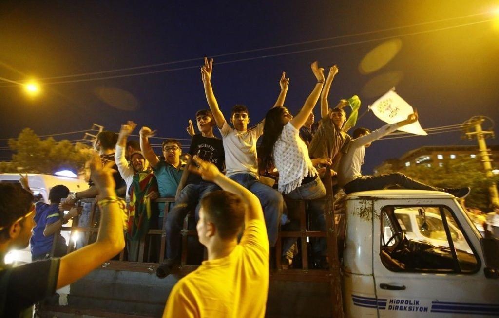 Tilhengere av partiet HDP i byen Diyarbakir feirer seieren i valget på ny tyrkisk nasjonalforsamling.