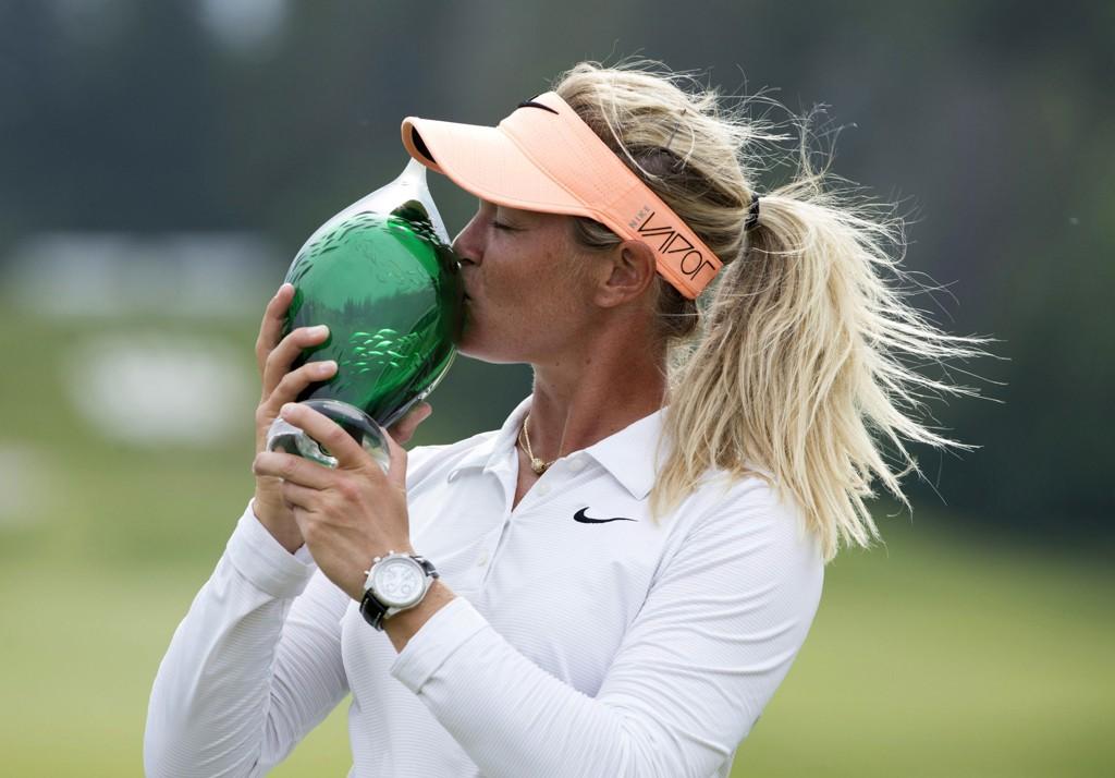 SEIERSKYSSET: Suzann Pettersen kysser trofeet etter seieren.