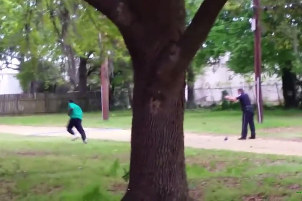 DREPT: Den hvite politimannen Michael Slager (33) drepte den svarte Walter Scott (50) i North Charleston 4. april i år. Episoden ble filmet. Dette er en skjermdump fra videoen.