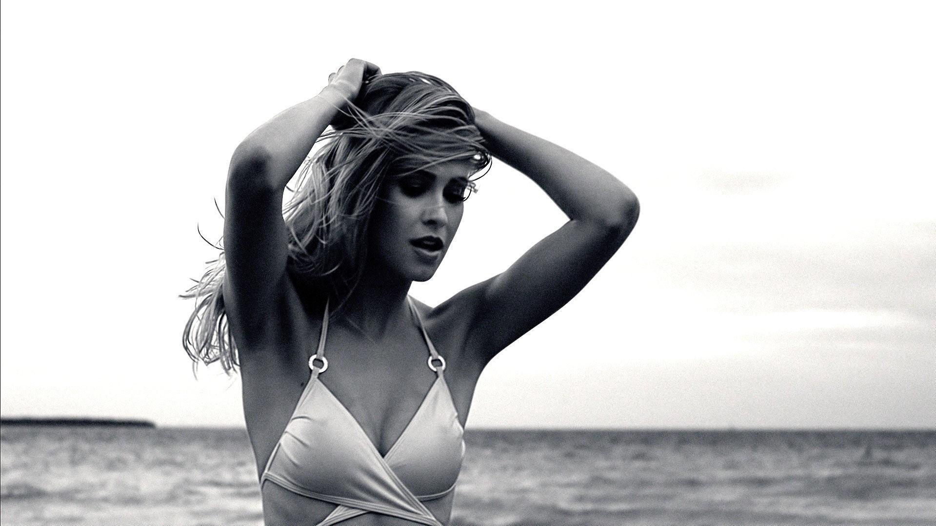 Eline Syrdalen poserer for den norske musikkvideoskaperen Ray Kay.