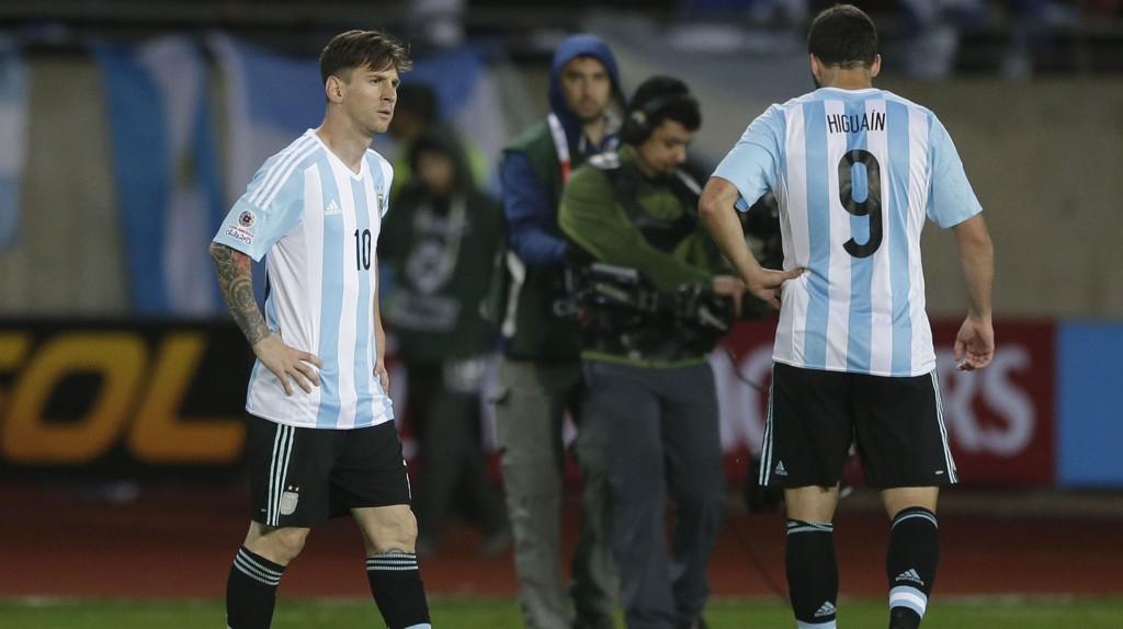 Argentinas Lionel Messi og Gonzalo Higuain hadde ingen grunn til å juble da de gikk av banen etter 2-2 mot Paraguay i åpningskampen i Copa America.