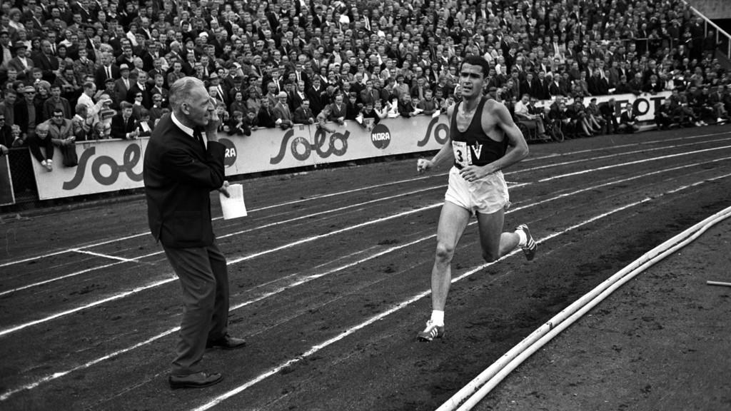Australske Ron Clarke på vei til å slå sin egen verdensrekord på 10.000 meter på Bislett stadion. Clarke i aksjon, sekundant tv. i bildet. Den nye rekorden lød på 27,39.4.
