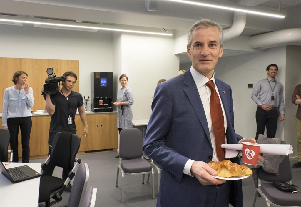 Arbeiderpartiets leder Jonas Gahr-Støre før pressekonferansen i arbeiderpartiets nye presserom onsdag morgen.