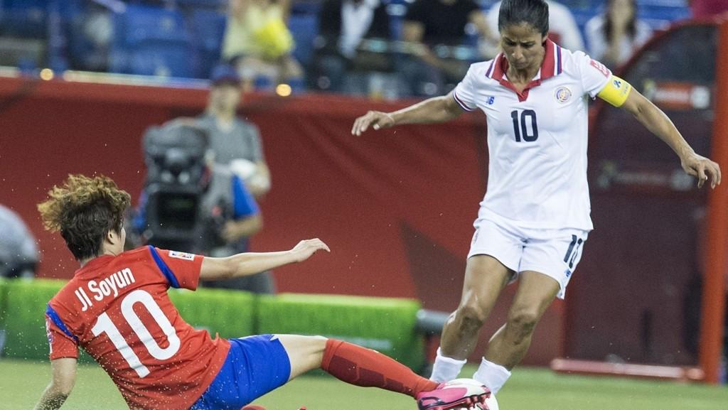 Costa Ricas stjernespiller Shirley Cruz i duell med en sørkoreansk spiller i 2-2-kampen som ble spilt søndag forrige uke.