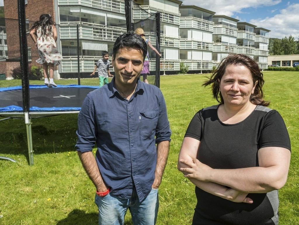 Sumit Kumar og Sanela Mujic har fått pålegg om å fjerne trampolinen de gikk til innkjøp av sammen i borettslaget, men nekter å fjerne den da de mener barna fortjener et sted å leke rett utenfor døra.