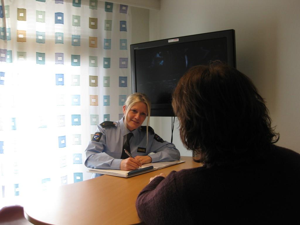 Karianne (36) har vært fengselsbetjent i mer enn ti år og trives godt med jobben.