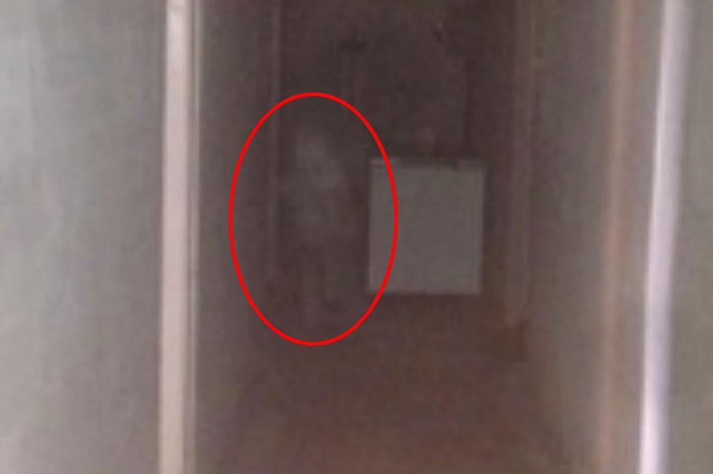 SKREMT: – Jeg tror egentlig ikke på spøkelser, sier Sindre Fagervik. Etter at han tok dette bildet nekter han og kollegaene hans å jobbe i den aktuelle kjelleren.