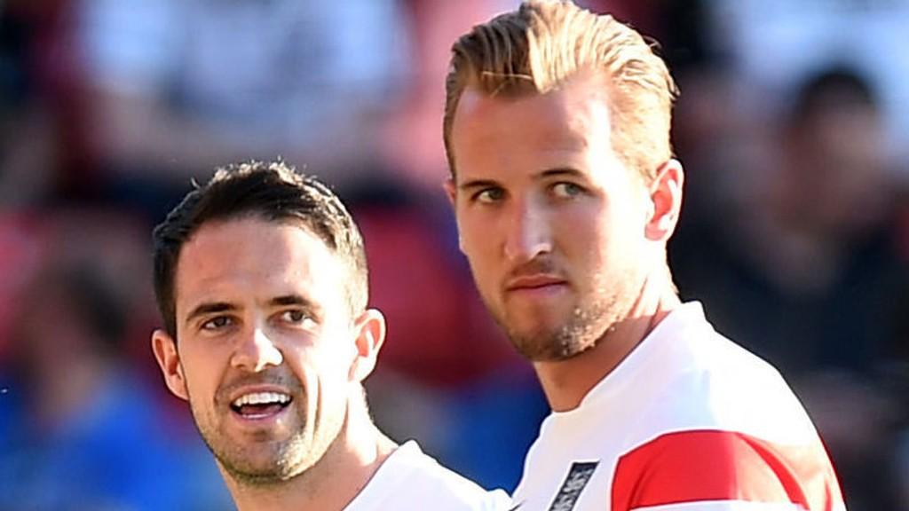 Harry Kane (t.h.) og Danny Ings avbildet under oppvarmingen til treningskampen mot Hviterussland for en uke siden. Kampen endte 1-0 til England.
