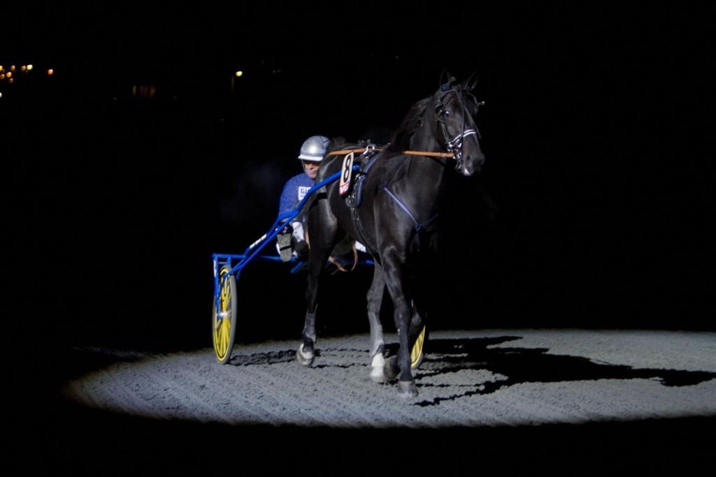 Frode Hamre kjører vår banker på Forus fredag. Foto: Anders Kongsrud/www.hesteguiden.com