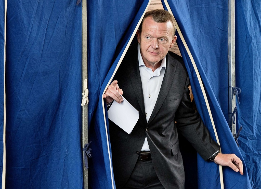 Venstres partileder Lars Løkke Rasmussen på vei ut av stemmelokalet torsdag.