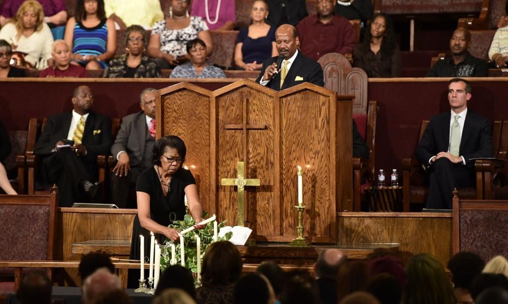 MINNESEREMONI: Geraldine Hayes tenner et lys for hvert av de ni ofrene etter kirkemassakren.