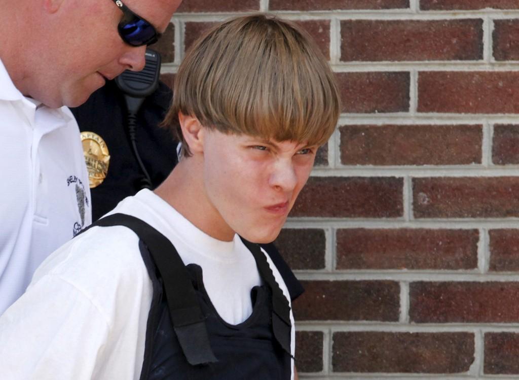 Politiet fører den drapssiktede 21-åringen Dylann Roof inn i rettsbygningen i Shelby i North Carolina torsdag.