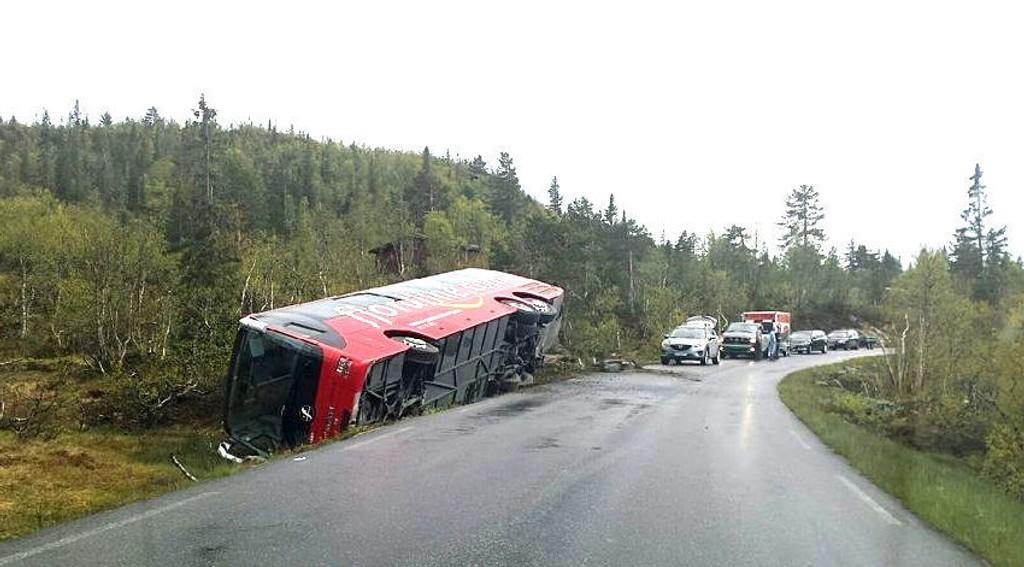 En buss med 26 barn og 9 voksne kjørte av veien og veltet mellom Skafså og Hallbjønnsekken i Telemark.
