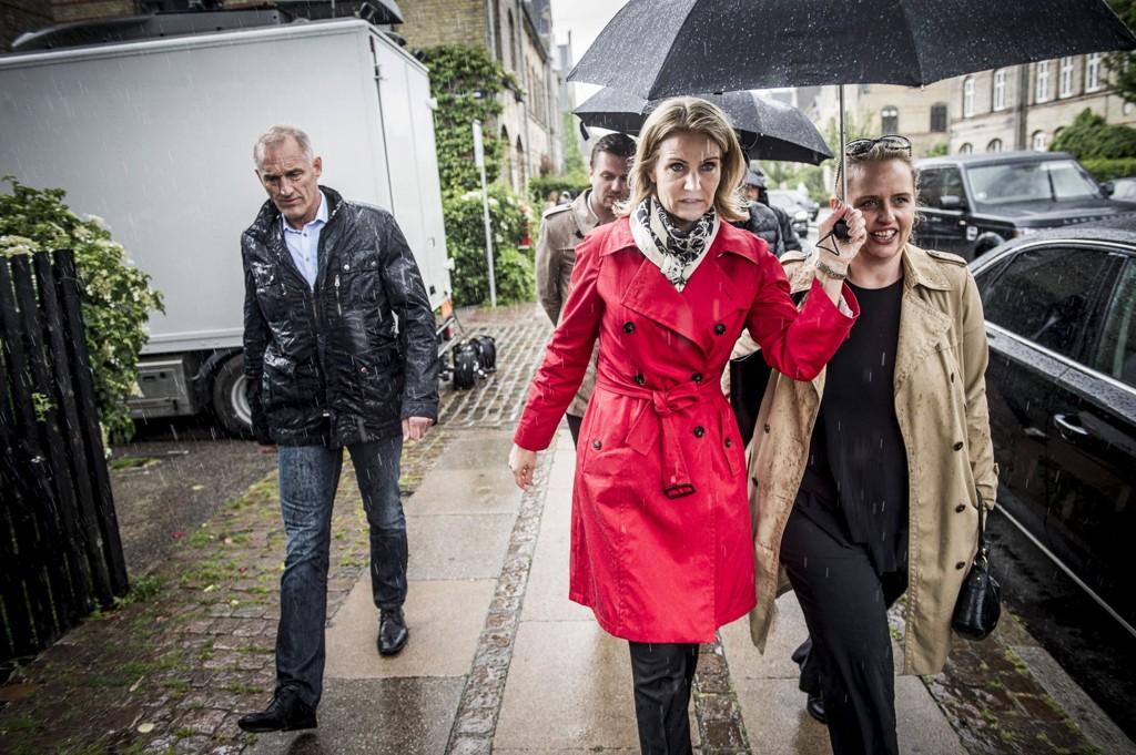 Helle Thorning-Schmidt på vei hjem mens hun ennå ventet på valgresultatet torsdag kveld.