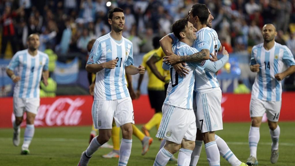 VANT: Argentinas Gonzalo Higuain feirer sammen med lagkameratene Lionel Messi og Angel Di Maria.