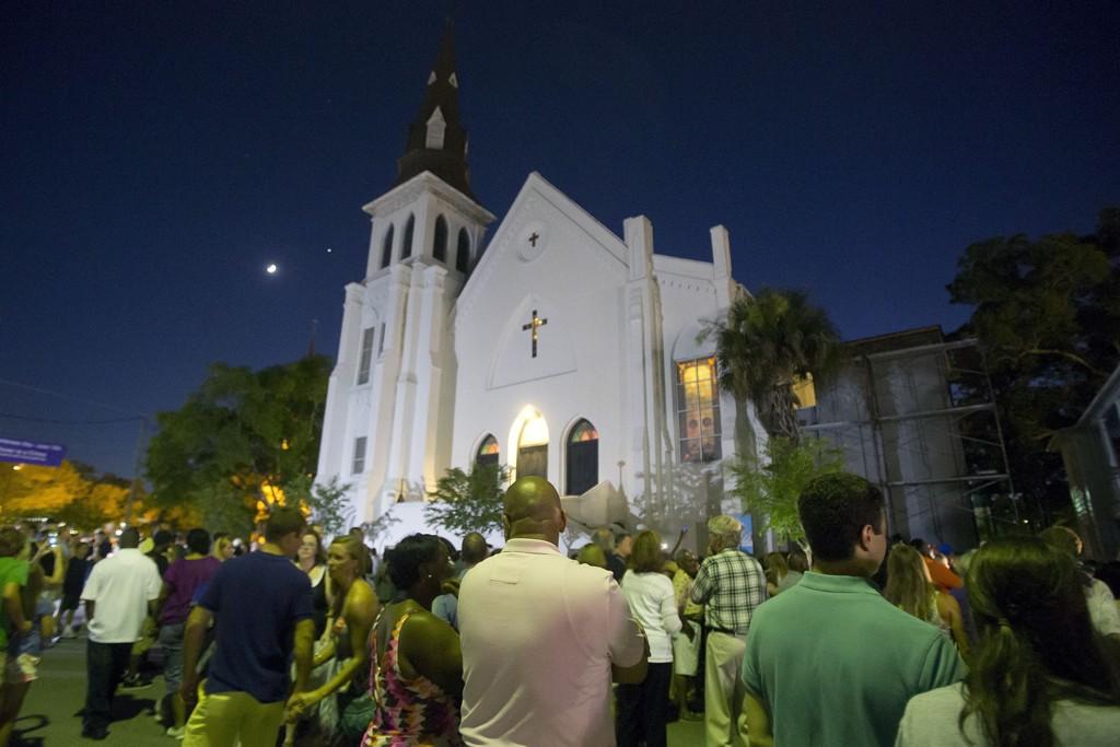 Mange mennesker deltok i våkenatten utenfor Emanuel African Methodist Church i Charleston i South Carolina natt til søndag. Søndag ettermiddag åpner kirken igjen og holder sin første gudstjeneste etter onsdagens massedrap.