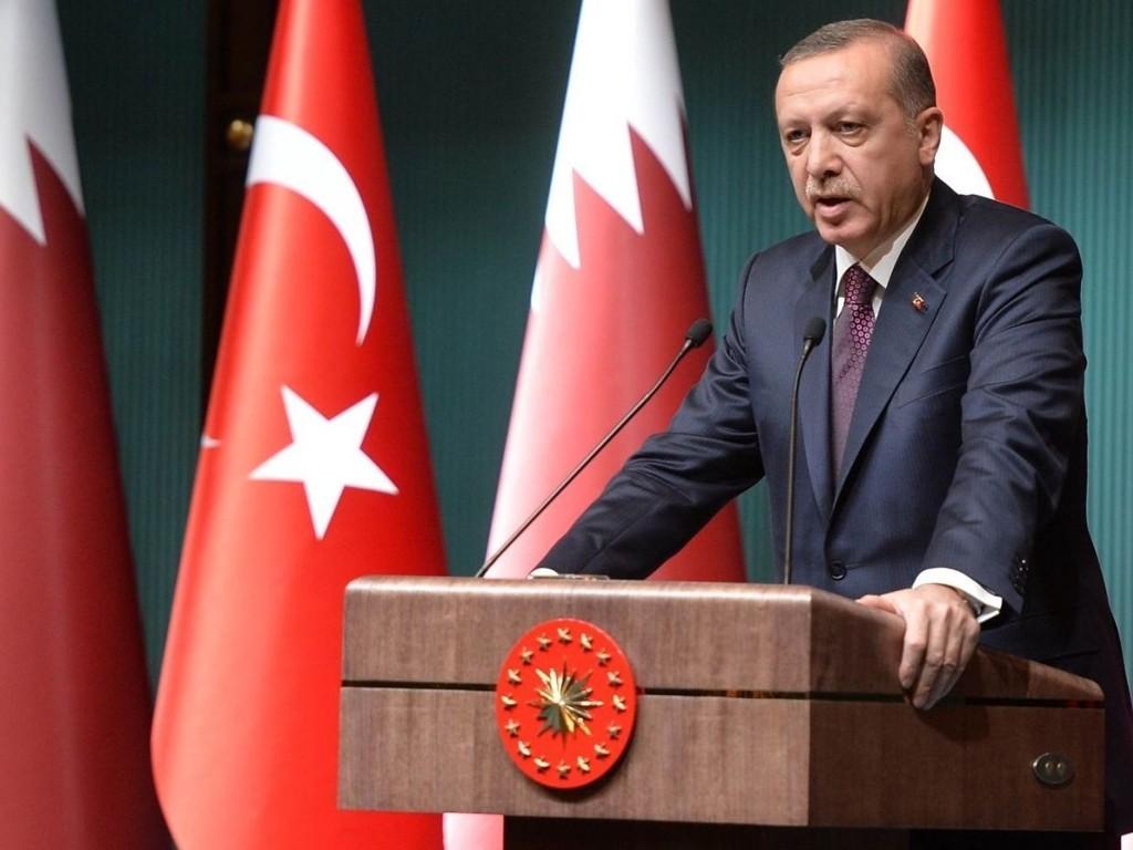 Tyrkias president Recep Tayyip Erdogan mener Europa skyver ansvaret for flyktninger fra Syria og Irak over på Tyrkia, og han ber EU ta imot flere flyktninger.