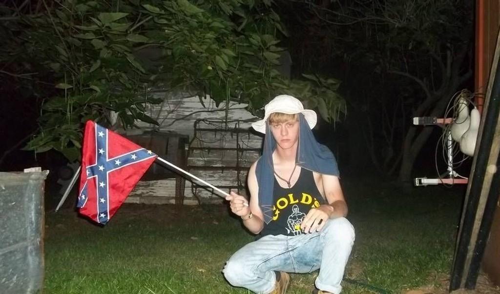 RASEHAT: Dylann Roof poserer med sørstatsflagget.