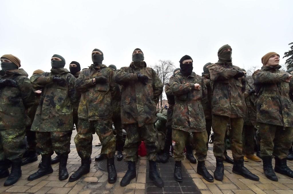 UKRAINA: Medlemmer av Azovbataljonen som kjemper mot pro-russiske separatister i Øst-Ukraina, poserer for kamera. Nato plasserer nå ut militært utstyr i Øst-Europa, og forsikrer medlemsland der om at de vil få støtte om Russland gjør mer enn verbale fremstøt.