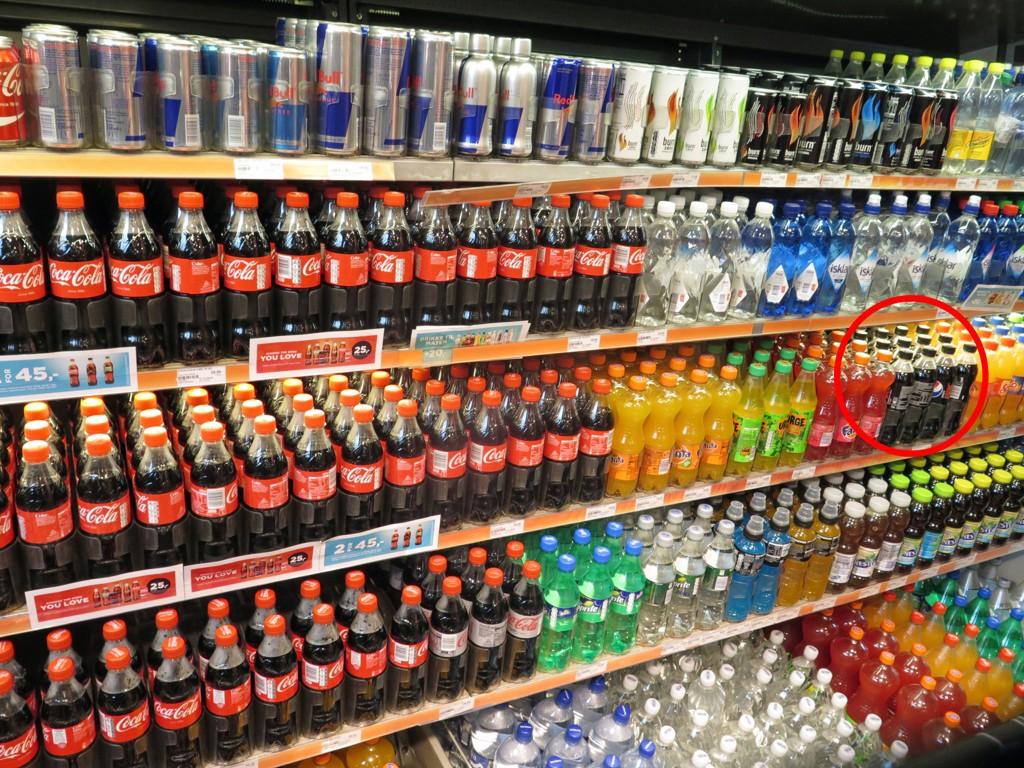 Coca-Cola vant krigen: Pepsi har blitt vanskeligere å få øye på i denne hylla hos 7-eleven i Oslo.