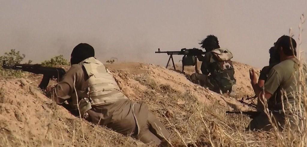 IS-OPPRØRERE: Et bilde publisert av IS selv 13. juni i år viser angivelig opprørere i kamp med irakiske soldater på grensen mellom Irak og Syria.