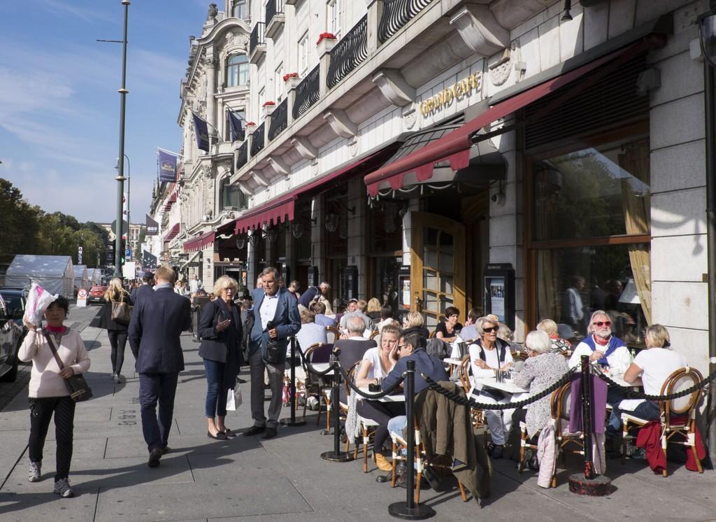Grand Café ligger godt synlig på Karl Johan i Oslo. Nå stenges dørene.