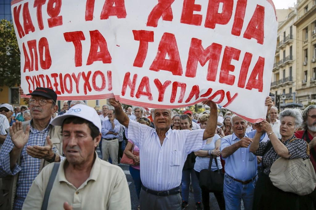 Pensjonister marsjerer i Aten. De vil ikke at en låneavtake mellom Hellas og kreditorene innebærer nye pensjonskutt.